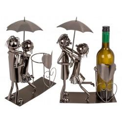 Kovový stojan na víno - zamilovaný pár s deštníkem