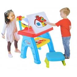 Taburetka se židlí a projektorem na malování